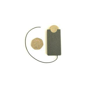 Un émetteur ultra compact qui possède une activation vocale. Il ne transmet que lorsque un volume sonore est détecté dans la pièce. Ainsi sa pile peut durée jusqu'à plusieurs semaine dans une pièce ''calme''